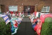 Tributes-for-George-Best-left-in-the-garden-the-Best-family-home,-Cregagh,-Belfast,-Northern-Ireland