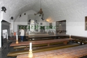 tourist-in-the-Main-Guard-vaulted-hall-Bunratty-castle-Bunratty-Folk-Park,-County-Clare,-Republic-Ireland
