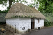 traditional-thatched-one-roomed-dwelling-cottage-poor-landless-labourer-Bunratty-Folk-Park,-County-Clare,-Republic-Ireland