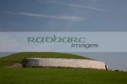 side-view-newgrange-megalithic-passage-tomb,-county-meath,-republic-Ireland