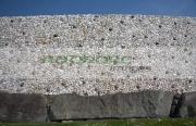 close-up-the-kerbstones-white-quartz-facade-wall-with-round-granite-stones-the-newgrange-passage-tomb,-county-meath,-republic-Ireland