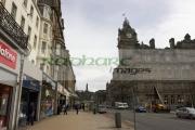 Sunday-shopping-on-Princes-Street-looking-towards-Calton-Hill,-Edinburgh,-Scotland,-UK
