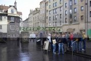 A-group-young-tourists-stand-listen-to-tour-guide-outside-John-Knox-House-on-the-Royal-Mile,-Edinburgh,-Scotland,-UK.